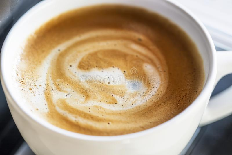 Φλυτζάνι καφέ Cappuccino ή latte με το frothy αφρό γάλακτος στοκ εικόνα