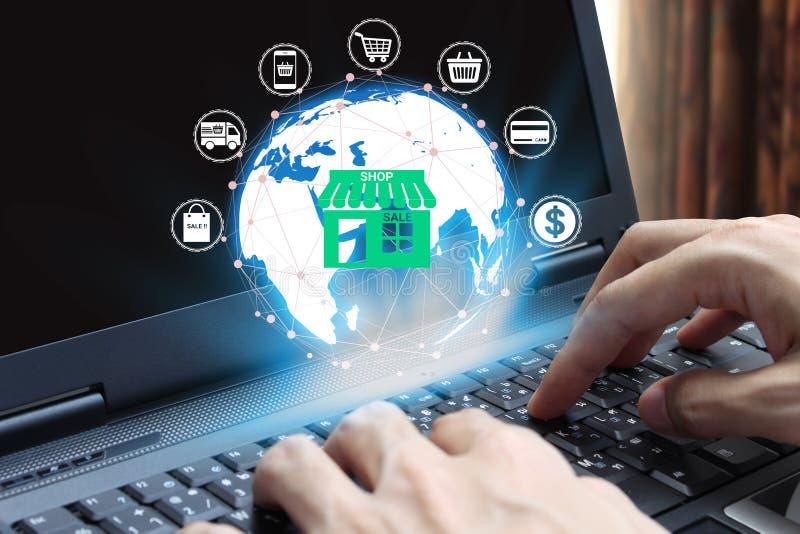 Φορητός προσωπικός υπολογιστής χρήσης χεριών με τεχνολογία εικονιδίων αγορών τη σε απευθείας σύνδεση, έννοια ε -ε-coooerce Διαδίκ στοκ φωτογραφία με δικαίωμα ελεύθερης χρήσης
