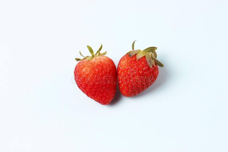 Φράουλα που απομονώνεται στο μπλε υπόβαθρο, στενή επάνω, υγιής έννοια κατανάλωσης, φυσικά προϊόντα στοκ φωτογραφίες