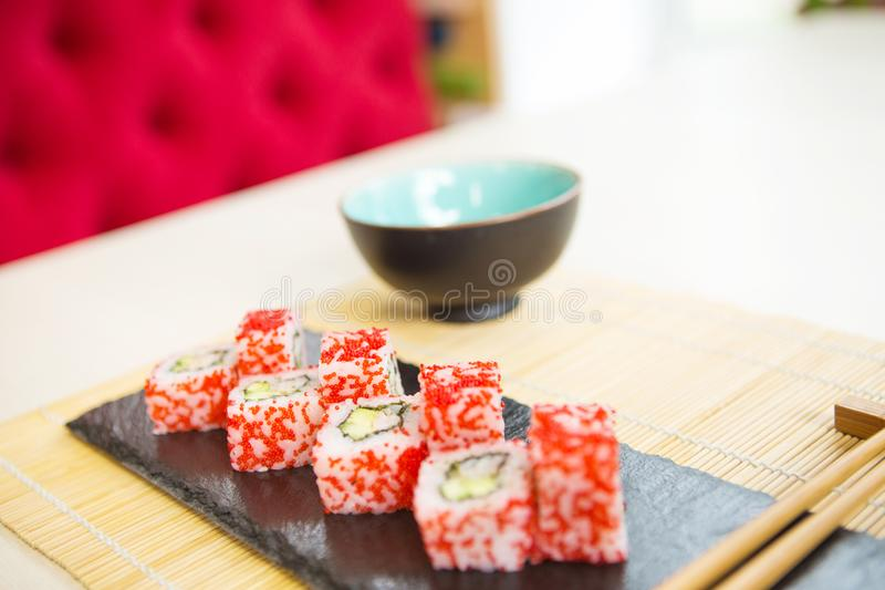 Φρέσκα και εύγευστα σούσια maki και nigiri Επιλογές σουσιών Ιαπωνικά τρόφιμα στοκ εικόνα