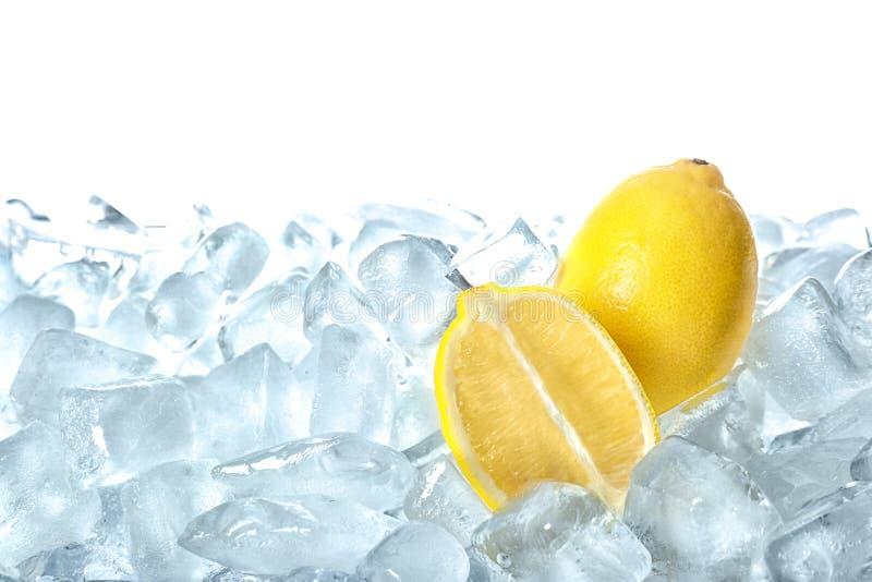 Φρέσκα λεμόνια στους κύβους πάγου στοκ εικόνες με δικαίωμα ελεύθερης χρήσης