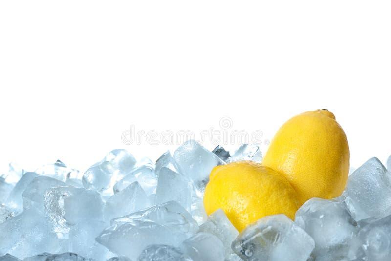Φρέσκα λεμόνια στους κύβους πάγου στοκ εικόνα