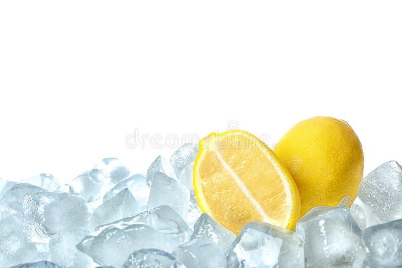 Φρέσκα λεμόνια στους κύβους πάγου στοκ φωτογραφίες με δικαίωμα ελεύθερης χρήσης