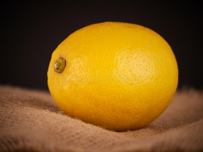 Φρέσκα λεμόνια στο αγροτικό υπόβαθρο μισό λεμόνι στοκ εικόνα με δικαίωμα ελεύθερης χρήσης