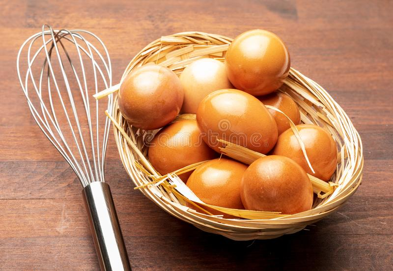 Φρέσκες αυγά και ράβδοι για να τους κτυπήσει χειρωνακτικό beater Κτυπήστε τα αυγά για τις ζύμες και tortillas στοκ εικόνες