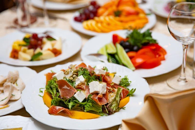 Φρέσκια σαλάτα μιγμάτων με το ζαμπόν, φέτα και το μάγκο στο άσπρο πιάτο κινεζικός πίνακας ύφους &ta στοκ εικόνα με δικαίωμα ελεύθερης χρήσης