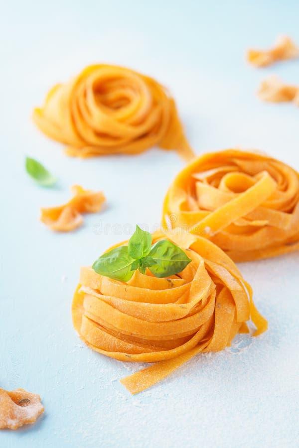 Φρέσκοι άψητοι vegan ζυμαρικά και βασιλικός υγιής οργανικός τροφίμων στοκ εικόνα