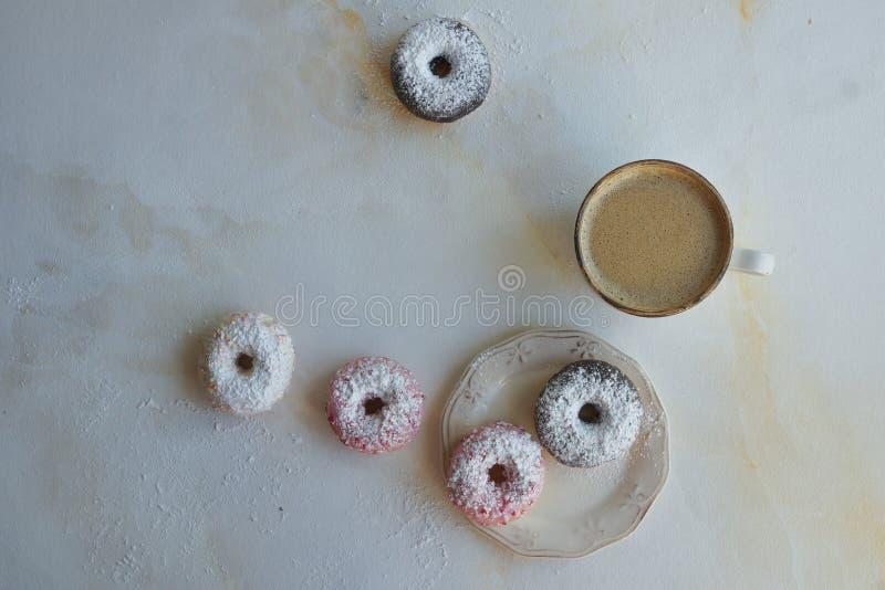 Φρέσκος καφές και ζωηρόχρωμα donuts στο άσπρο μαρμάρινο υπόβαθρο, γλυκό breackfast, cappuccino με τη ζύμη στοκ εικόνες