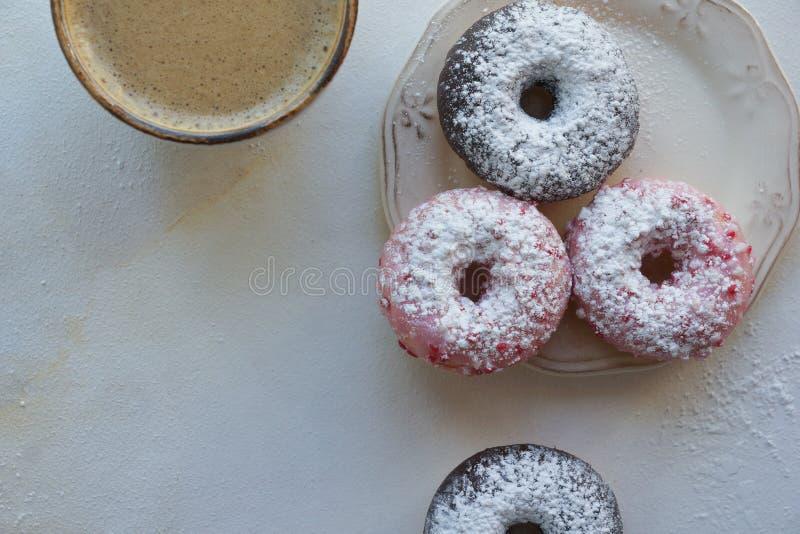 Φρέσκος καφές και ζωηρόχρωμα donuts στο άσπρο μαρμάρινο υπόβαθρο, γλυκό breackfast, cappuccino με τη ζύμη στοκ φωτογραφία με δικαίωμα ελεύθερης χρήσης