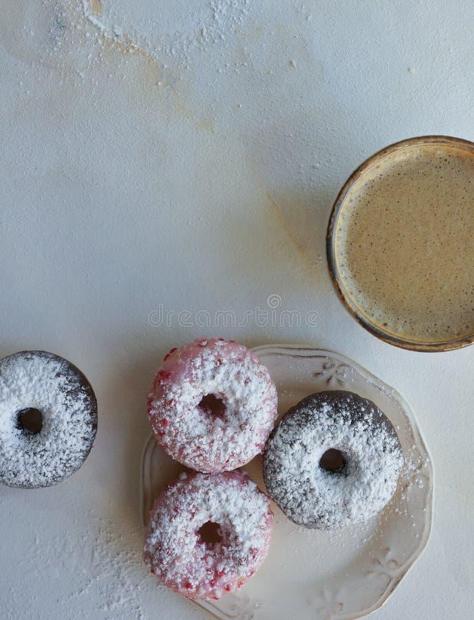 Φρέσκος καφές και ζωηρόχρωμα donuts στο άσπρο μαρμάρινο υπόβαθρο, γλυκό breackfast, cappuccino με τη ζύμη στοκ φωτογραφία