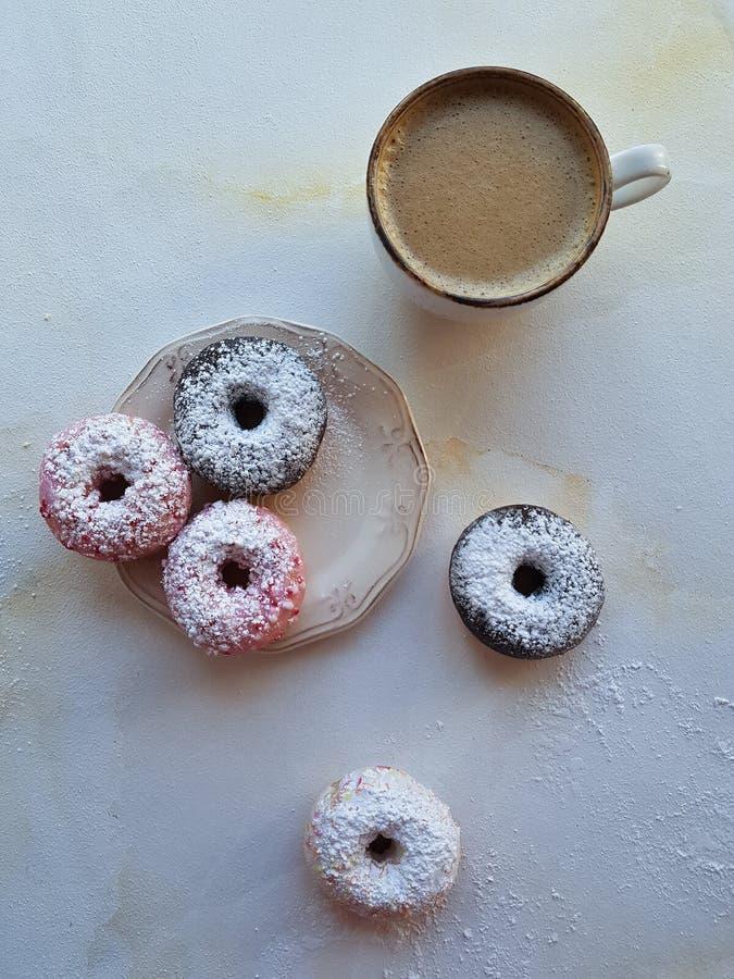 Φρέσκος καφές και ζωηρόχρωμα donuts στο άσπρο μαρμάρινο υπόβαθρο, γλυκό breackfast, cappuccino με τη ζύμη στοκ φωτογραφίες με δικαίωμα ελεύθερης χρήσης