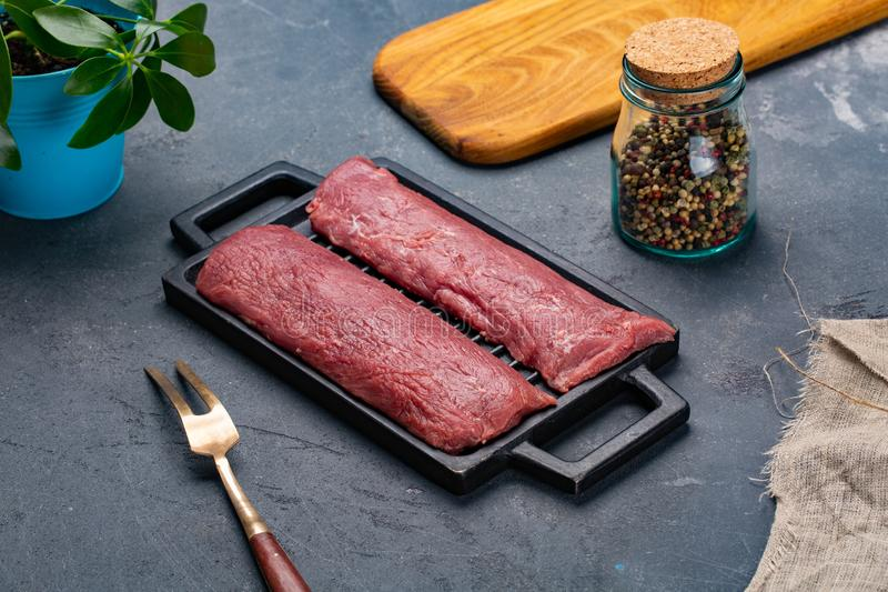 Φρέσκο και ακατέργαστο κρέας ολόκληρο κομμάτι των μπριζολών κόντρων φιλέτο σε μια σειρά έτοιμη να μαγειρεψει στοκ εικόνες