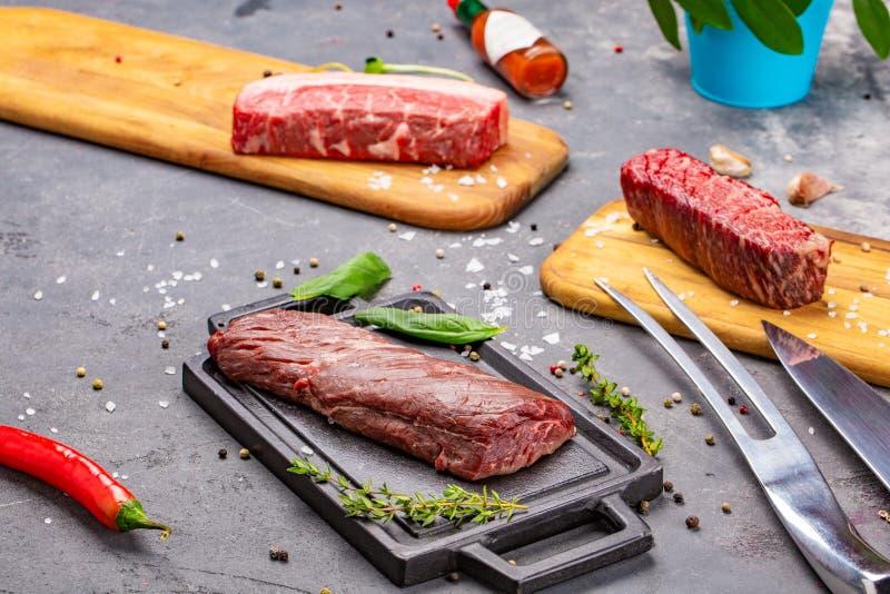 Φρέσκο και ακατέργαστο κρέας ολόκληρο κομμάτι των μπριζολών κόντρων φιλέτο σε μια σειρά έτοιμη να μαγειρεψει στοκ φωτογραφία με δικαίωμα ελεύθερης χρήσης