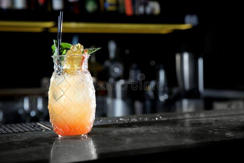 Φρέσκο οινοπνευματώδες κοκτέιλ ανατολής Tequila στο μετρητή φραγμών στοκ εικόνες με δικαίωμα ελεύθερης χρήσης