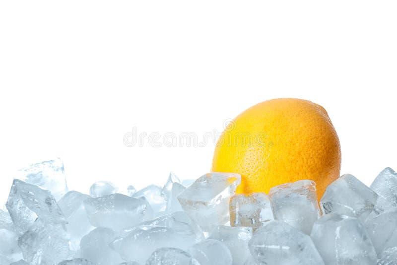 Φρέσκο πορτοκάλι στους κύβους πάγου στοκ εικόνα με δικαίωμα ελεύθερης χρήσης