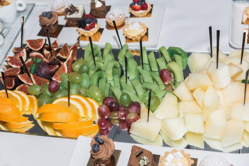 Φρούτα και γλυκά στον πίνακα στοκ φωτογραφία με δικαίωμα ελεύθερης χρήσης