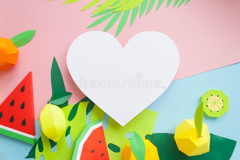 Φρούτα φιαγμένα από έγγραφο μπλε ροζ ανασκόπησης Εκεί δωμάτιο ` s για το γράψιμο tropics Επίπεδος βάλτε στοκ φωτογραφία με δικαίωμα ελεύθερης χρήσης