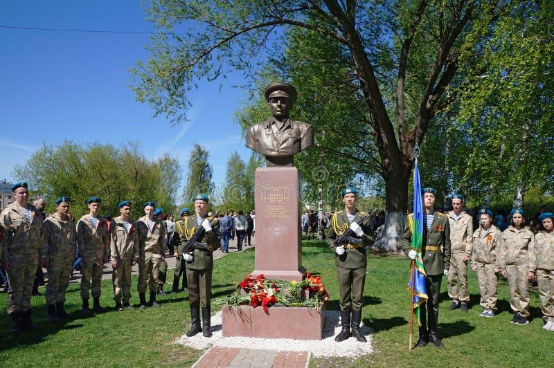 Φρουρά τιμής των στρατιωτών ιππικού και των μαθητών στρατιωτικής σχολής στο μνημείο στο βασιλικό Margelov - διοικητής των αερομετ στοκ φωτογραφίες