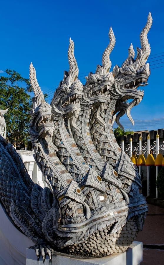 Φρουρά φιδιών δράκων πετρών Naga στον ταϊλανδικό βουδιστικό ναό στοκ φωτογραφία με δικαίωμα ελεύθερης χρήσης