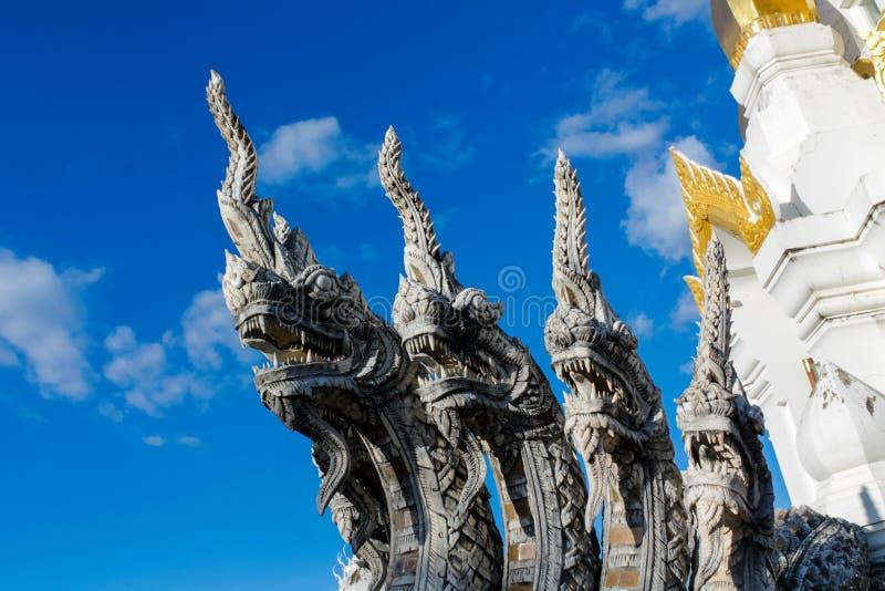 Φρουρά φιδιών δράκων πετρών Naga στον ταϊλανδικό βουδιστικό ναό στοκ εικόνες με δικαίωμα ελεύθερης χρήσης