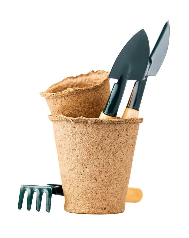 Φτυάρια και τσουγκράνες στο δοχείο τύρφης για την εργασία στον κήπο που απομονώνεται στοκ εικόνες με δικαίωμα ελεύθερης χρήσης
