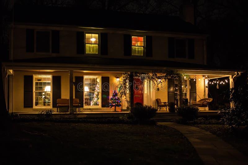 Φως διακοσμήσεων Χριστουγέννων επάνω ένα σπίτι - 1 στοκ εικόνα με δικαίωμα ελεύθερης χρήσης