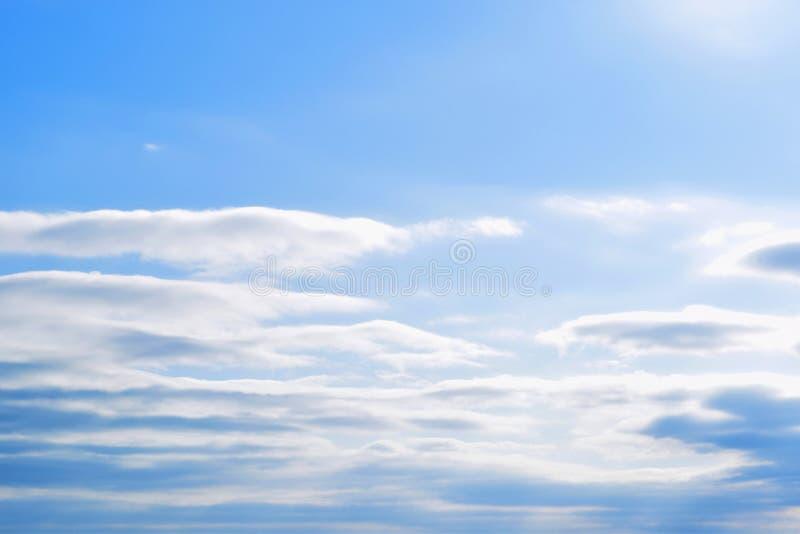 Φωτεινά κυματιστά σύννεφα στο υπόβαθρο μπλε ουρανού στοκ φωτογραφίες με δικαίωμα ελεύθερης χρήσης