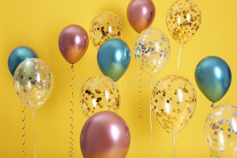 Φωτεινά μπαλόνια με τις κορδέλλες στοκ εικόνες