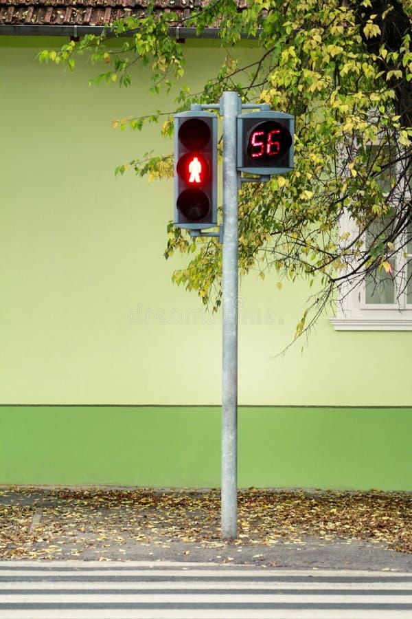 Φωτεινός σηματοδότης στο για τους πεζούς πέρασμα Ο μετρητής μετρά κατά τη διάρκεια του κόκκινου φωτός Αναμονή να αρχιστεί το πράσ στοκ εικόνες
