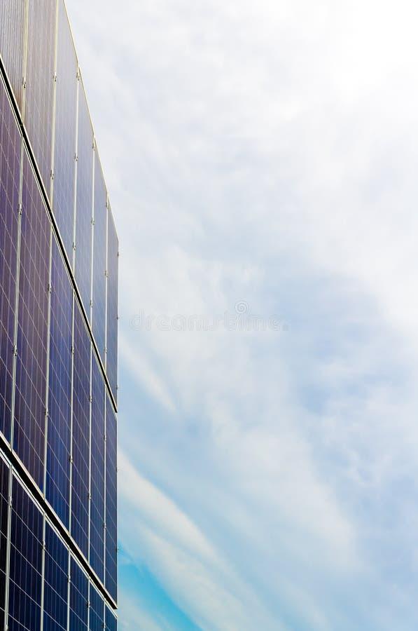 Φωτοβολταϊκές επιτροπές ηλιακών κυττάρων στις εγκαταστάσεις ενεργειακής παραγωγής με τον μπλε νεφελώδη ουρανό στο υπόβαθρο στοκ εικόνες με δικαίωμα ελεύθερης χρήσης