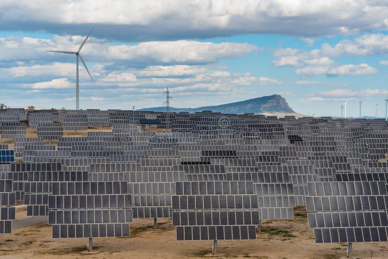 Φωτοβολταϊκές και εγκαταστάσεις αιολικής ενέργειας στοκ εικόνες με δικαίωμα ελεύθερης χρήσης