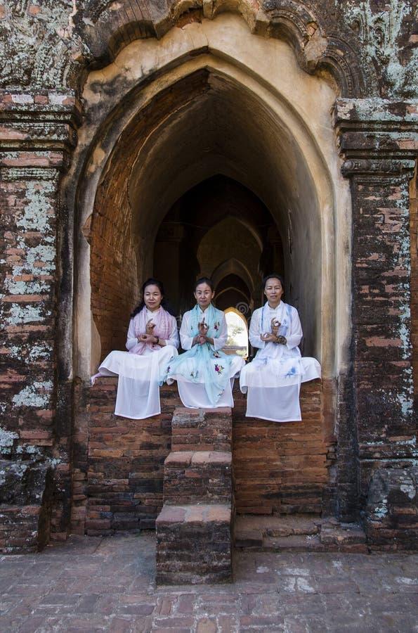 Φωτογραφία τουριστών στην παγόδα Dhamayan Gifford pugan, Myanmar στοκ φωτογραφία