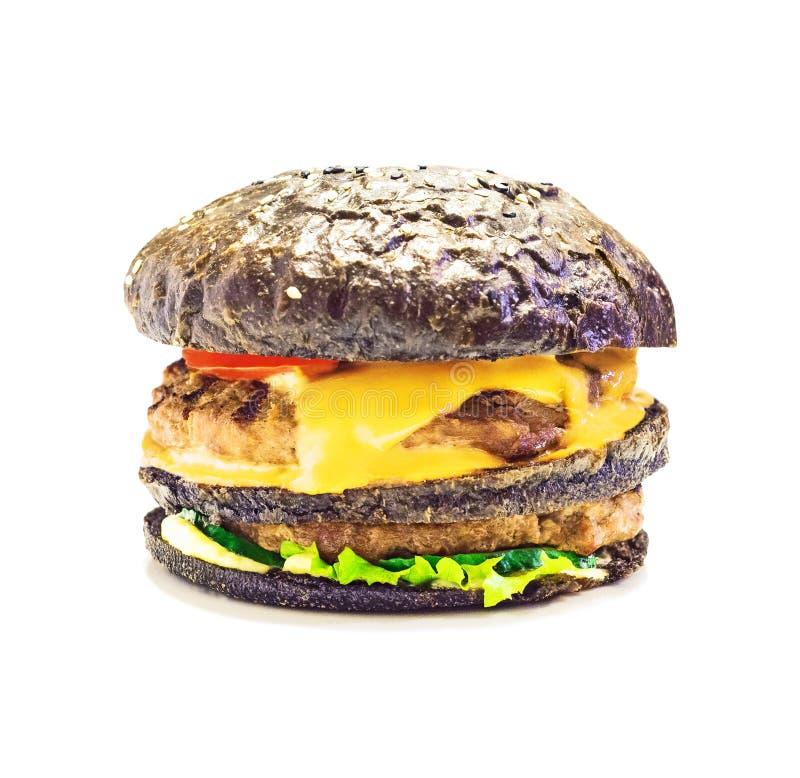 Χάμπουργκερ ή cheeseburger με το σκοτεινό κουλούρι στοκ εικόνες