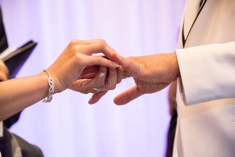 Χέρια γαμήλιων όρκων στοκ φωτογραφίες με δικαίωμα ελεύθερης χρήσης