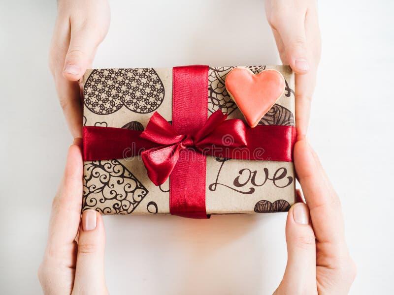 Χέρια ενός γονέα και ενός παιδιού, κιβώτιο με ένα δώρο στοκ εικόνες με δικαίωμα ελεύθερης χρήσης