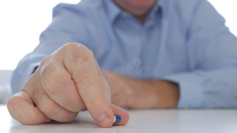 Χέρι γιατρών που παρουσιάζει σε μια χρωματισμένη κάψα νέο φάρμακο αντι-κατάθλιψης θεραπείας στοκ φωτογραφία με δικαίωμα ελεύθερης χρήσης