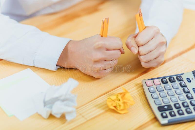 Χέρι με το σπασμένο μολύβι και το τσαλακωμένο έγγραφο Επιχειρησιακές απογοητεύσεις, πίεση εργασίας και αποτυχημένη έννοια διαγωνι στοκ φωτογραφία με δικαίωμα ελεύθερης χρήσης