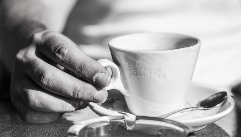 Χέρι του καφέ ή coffe του φλυτζανιού λαβής ατόμων στον καφέ Φλιτζάνι του καφέ r το ποτό καφέ απομόνωσε το λευκό στοκ φωτογραφία με δικαίωμα ελεύθερης χρήσης