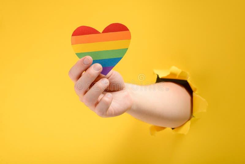 Χέρι που παρουσιάζει καρδιά ουράνιων τόξων στοκ εικόνες με δικαίωμα ελεύθερης χρήσης