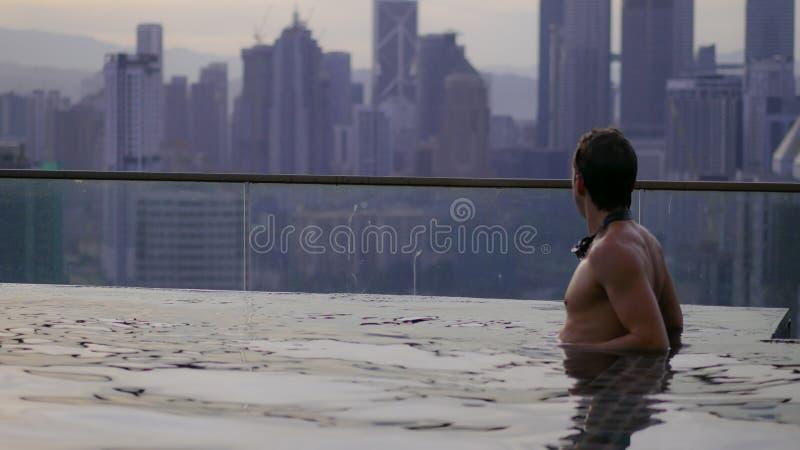 Χαλάρωση ατόμων στη λίμνη απείρου στοκ εικόνα