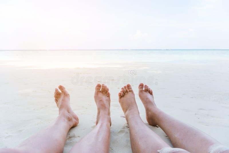 Χαλάρωση ζεύγους στις καλοκαιρινές διακοπές στην παραλία στοκ εικόνα