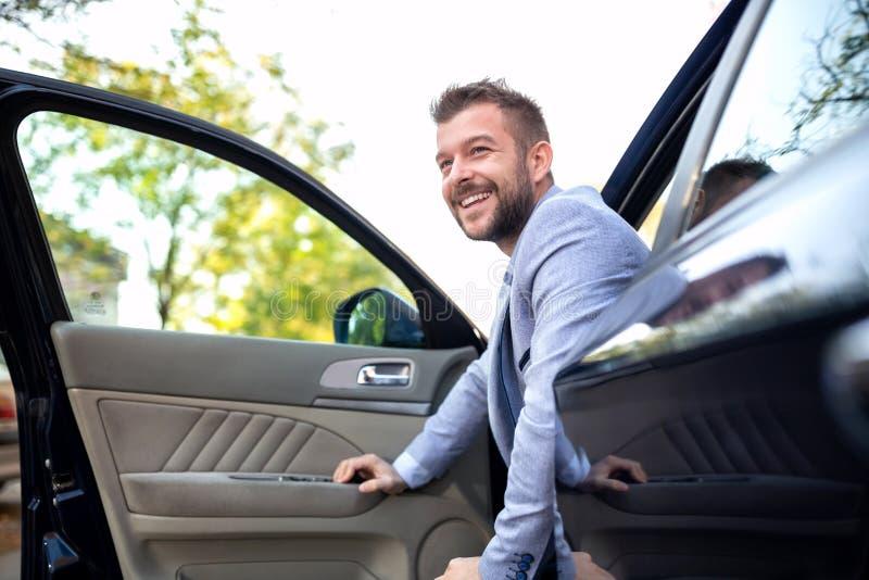 Χαμογελώντας άτομο που βγαίνει το όχημά του στοκ φωτογραφίες με δικαίωμα ελεύθερης χρήσης