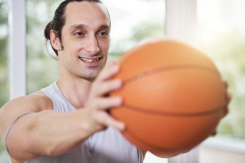 Χαμογελώντας άτομο που κάνει την άσκηση ισορροπίας στοκ εικόνα με δικαίωμα ελεύθερης χρήσης