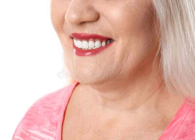 Χαμογελώντας γυναίκα με τα τέλεια δόντια στο άσπρο υπόβαθρο στοκ φωτογραφία