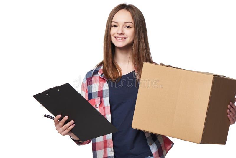 Χαμογελώντας κουτί από χαρτόνι και έγγραφο εκμετάλλευσης γυναικών που υπογράφουν το φύλλο στοκ εικόνα