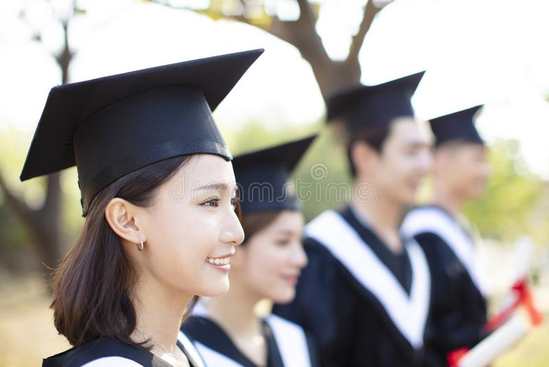 Χαμογελώντας νέα γυναίκα στη βαθμολόγηση στοκ φωτογραφίες