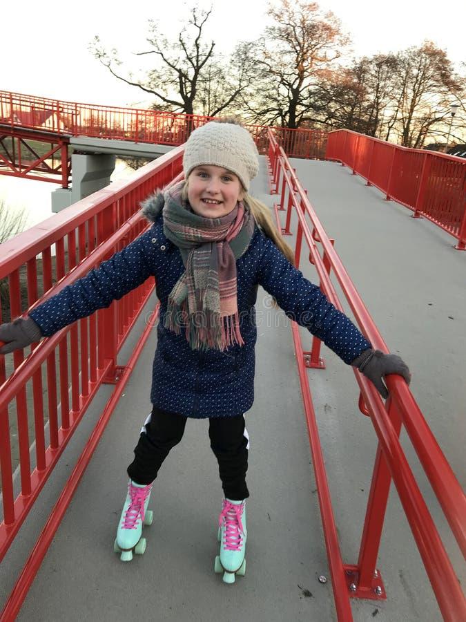 Χαμογελώντας νέο κορίτσι στα rollerskates στοκ εικόνα με δικαίωμα ελεύθερης χρήσης
