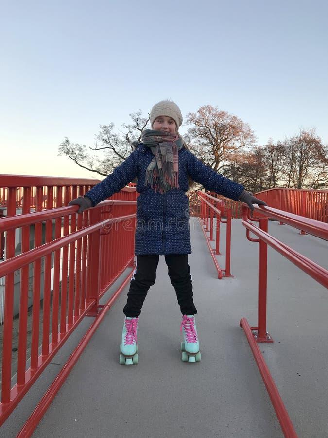 Χαμογελώντας νέο κορίτσι στα rollerskates στοκ φωτογραφία με δικαίωμα ελεύθερης χρήσης