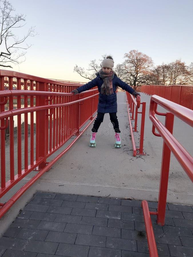 Χαμογελώντας νέο κορίτσι στα rollerskates στοκ εικόνες με δικαίωμα ελεύθερης χρήσης