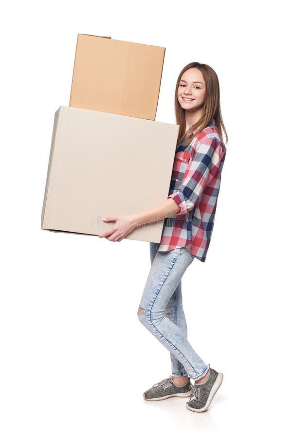 Χαμόγελο των νέων κουτιών από χαρτόνι εκμετάλλευσης γυναικών στο πλήρες μήκος στοκ φωτογραφίες με δικαίωμα ελεύθερης χρήσης